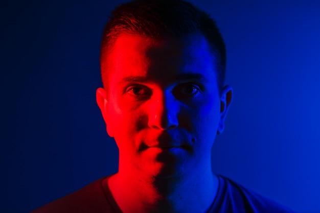 Joven Cerrar Cabeza Retrato Rojo Azul Doble Colores Luz Descargar