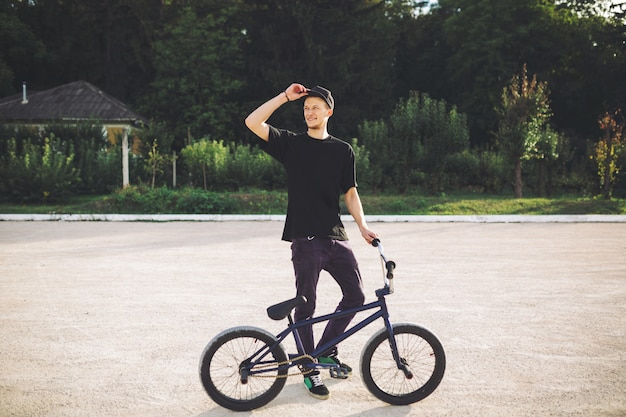 Joven ciclista de bmx Foto gratis