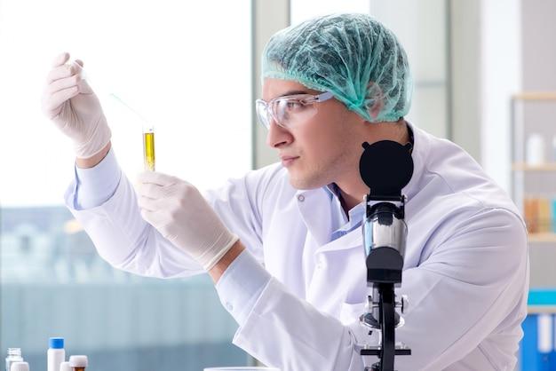 Joven científico trabajando en el laboratorio. Foto Premium