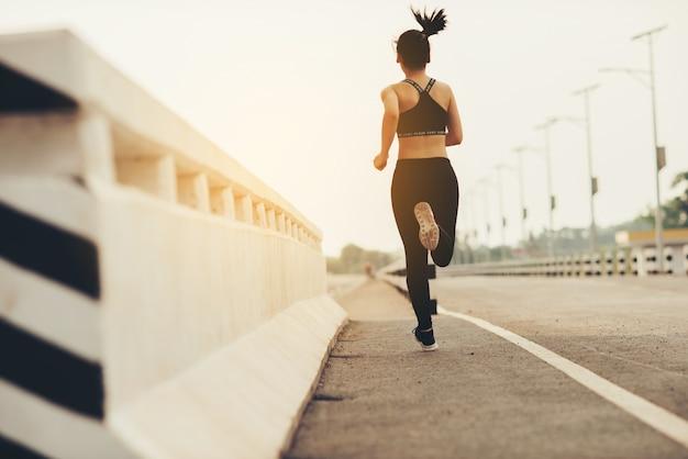 Joven corredor de fitness mujer Foto gratis