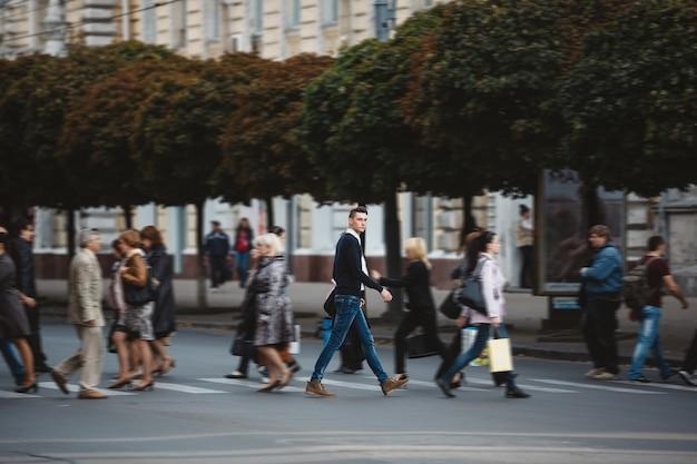 Joven cruza la calle Foto gratis
