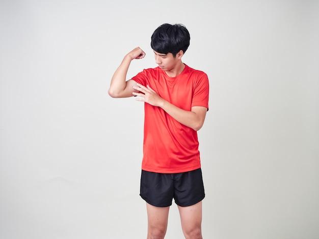 Joven deportista estiramiento y ejercicio Foto Premium