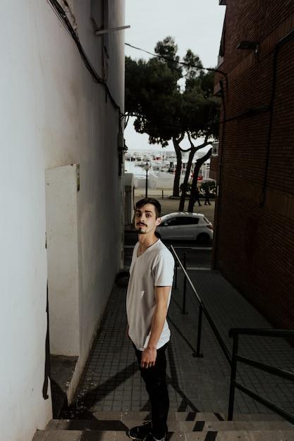 Joven deportista practicando el parkour. Foto Premium