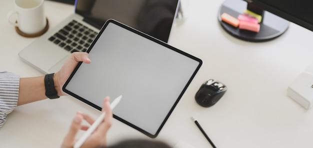 Joven desarrollador web profesional ux trabajando en plantilla de teléfono inteligente Foto Premium