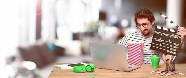 Joven diseñador gráfico loco en un escritorio con una computadora portátil Foto Premium