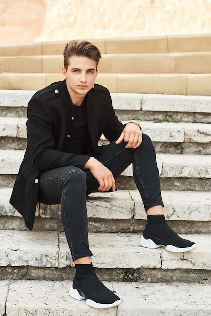 Joven elegante en ropa negra Foto Premium