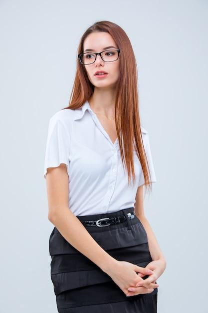 La joven empresaria en pared gris Foto gratis