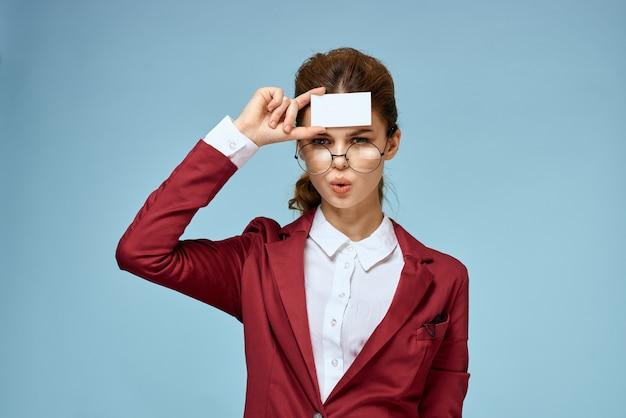 Joven empresaria con tarjeta en mano Foto Premium
