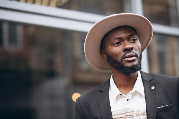 Joven empresario africano en traje elegante Foto gratis