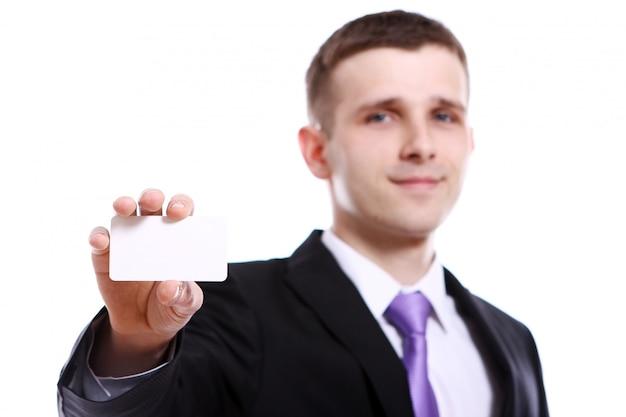 Joven empresario sosteniendo en blanco vacío Foto gratis