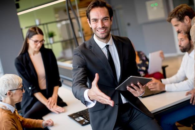 Joven empresario con tableta digital en la oficina Foto Premium