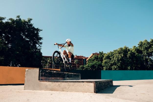 Joven entrenando en skate park Foto gratis