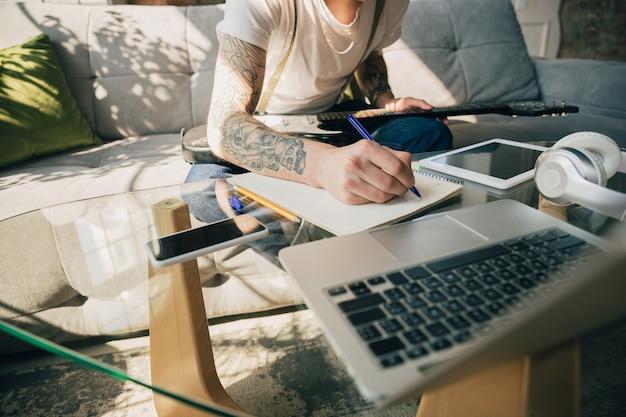 Joven estudiando en casa durante cursos en línea o información gratuita por sí mismo Foto gratis