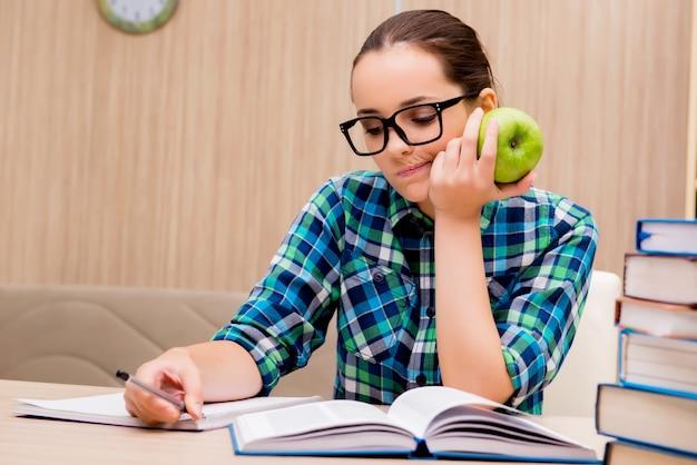 Joven estudiante preparándose para los exámenes Foto Premium