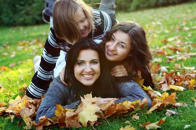 Joven familia dando un paseo saludable por el parque de otoño Foto gratis