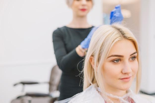 Joven gir sentado en la silla de peluquería Foto gratis