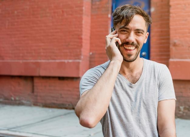 Joven hablando por teléfono Foto gratis
