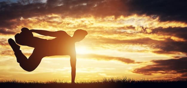 Joven haciendo ejercicio, haciendo trucos en la puesta de sol. Foto Premium