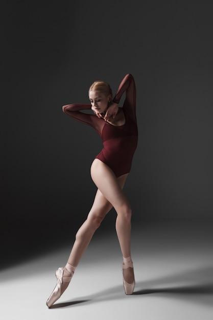 Joven hermosa bailarina de estilo moderno posando Foto gratis
