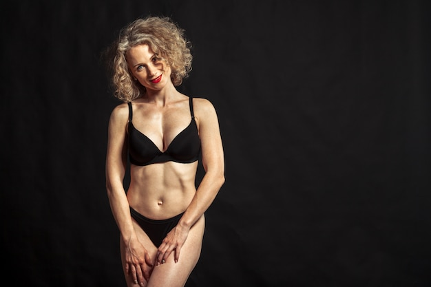 Joven hermosa chica desnuda aislada en negro Foto Premium