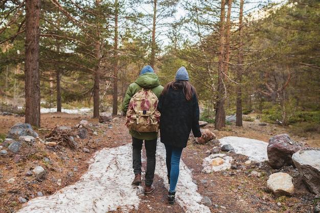 Joven hermosa hipster hombre y mujer enamorados viajando juntos en la naturaleza salvaje Foto gratis