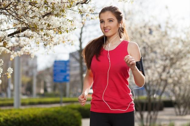 Joven hermosa mujer corriendo en la ciudad Foto Premium