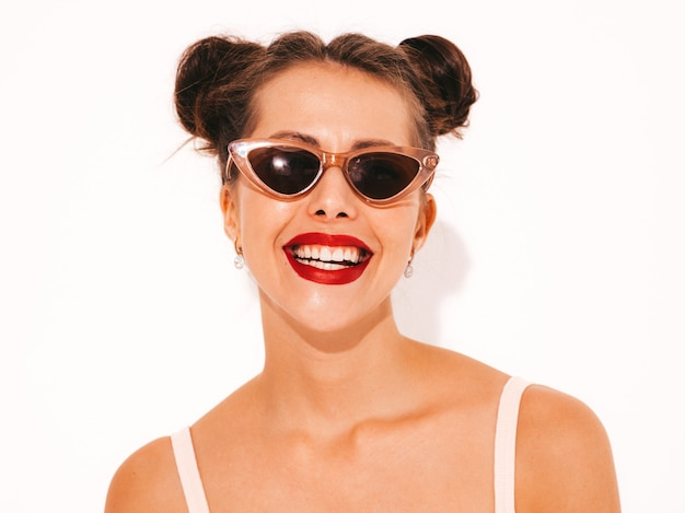 Joven hermosa mujer sexy hipster sonriente con labios rojos en gafas de sol. Foto gratis