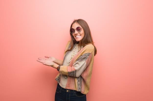 Joven hippie en rosa sosteniendo algo con las manos Foto Premium