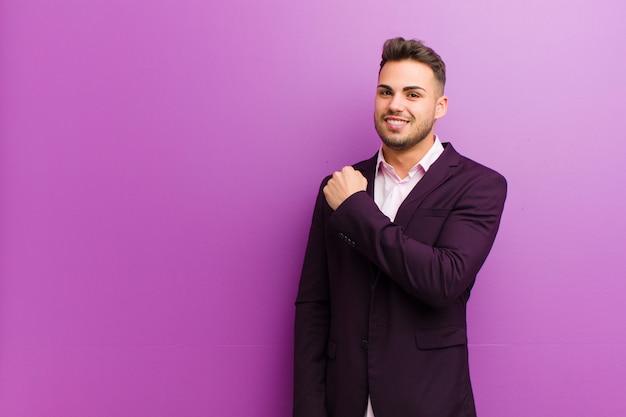 Joven hispano que se siente feliz, positivo y exitoso, motivado cuando enfrenta un desafío o celebra buenos resultados Foto Premium