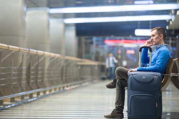 Joven, hombre, llamar, aeropuerto Foto gratis