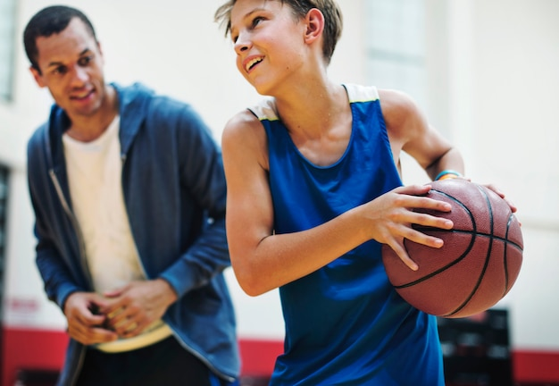 Joven jugador de baloncesto disparar Foto Premium