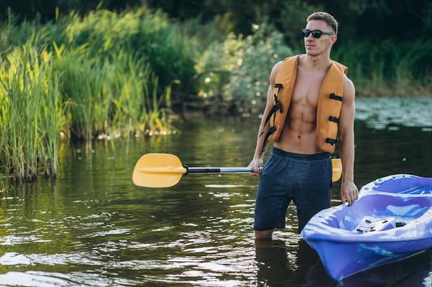 Joven kayak en el río Foto gratis