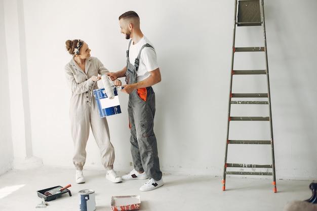 La joven y linda pareja repara la habitación Foto gratis