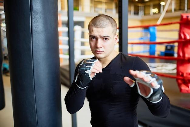 Joven luchador decidido en entrenamiento Foto gratis