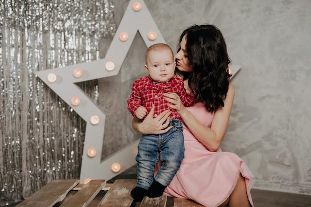 Joven madre e hijo con una estrella decorativa Foto Premium