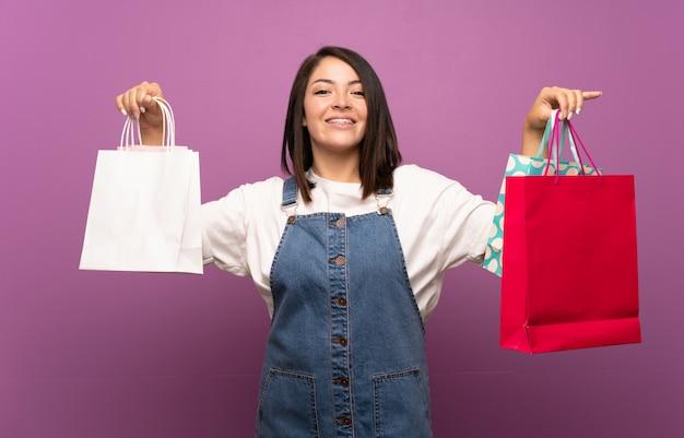 Joven mexicana con muchas bolsas de compras Foto Premium