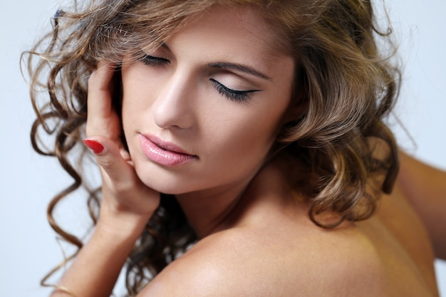 Una joven modelo femenina cierra los ojos Foto gratis