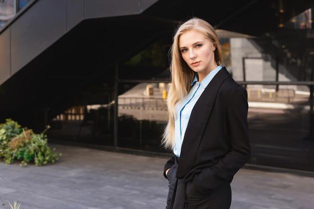 Joven moderna en una gran ciudad. Foto Premium