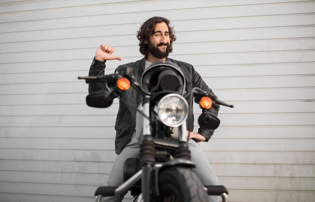 Joven motociclista en su bicicleta vintage Foto Premium