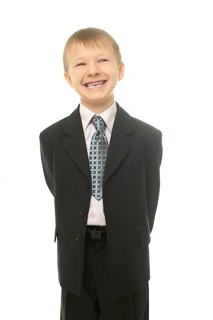 Joven muchacho sonriente en traje aislado en whiteyoung empresario Foto gratis