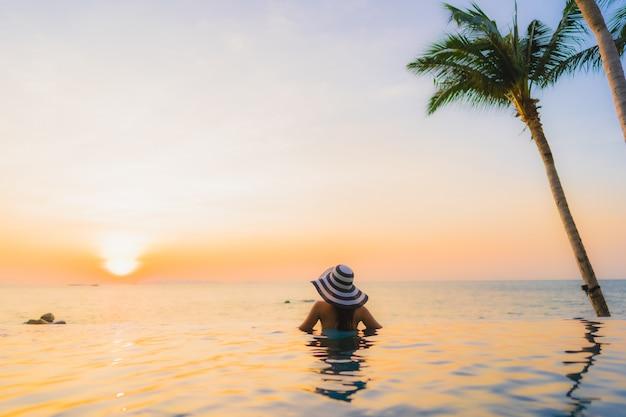 Joven mujer asiática en un hermoso paisaje de playa Foto gratis