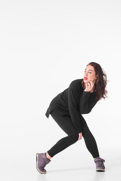 1fdde5110 Joven mujer bailando hip hop sobre fondo blanco | Descargar Fotos gratis