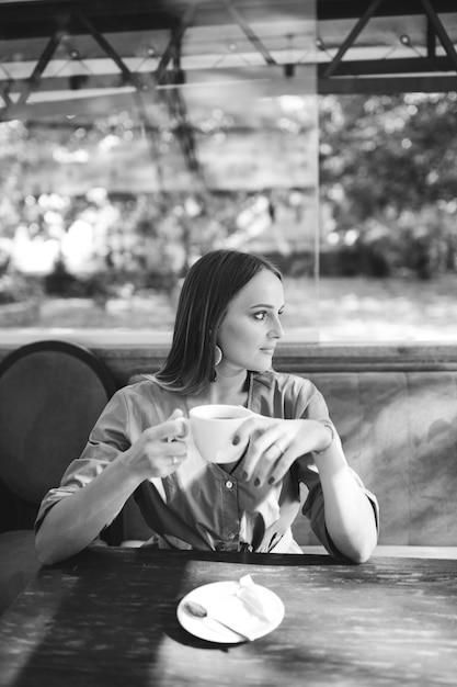 Joven mujer bonita en café Foto gratis