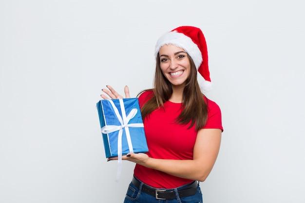 Joven mujer bonita con sombrero de santa. concepto de navidad. Foto Premium