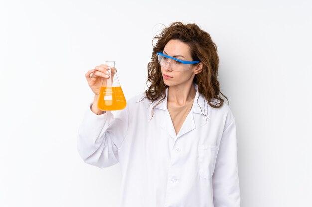 Joven mujer bonita con un tubo de ensayo científico Foto Premium