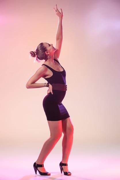 Joven mujer cool está bailando Foto gratis