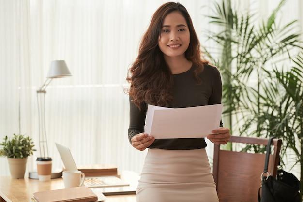 Joven mujer de negocios Foto gratis