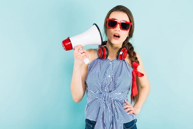 Joven mujer sexy con auriculares y altavoz Foto Premium