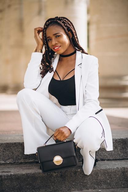 Joven Mujer Vestida De Blanco Sentado En Las Escaleras