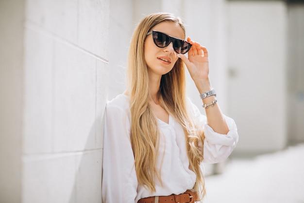 Joven mujer vestida con traje de verano en la ciudad Foto gratis